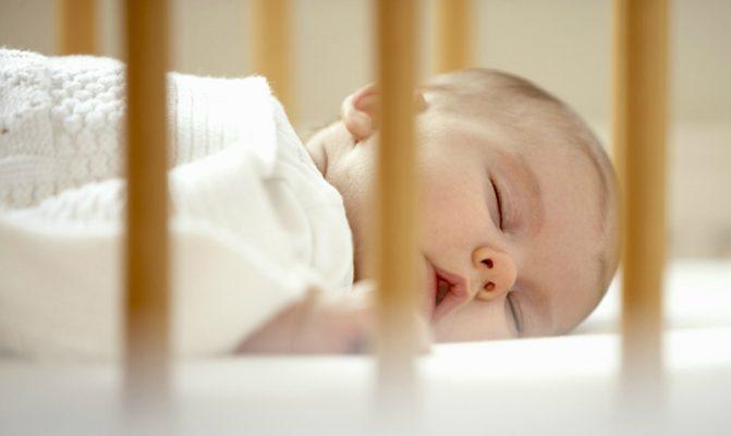 bebe-dormindo-sozinho-no-berco-copy