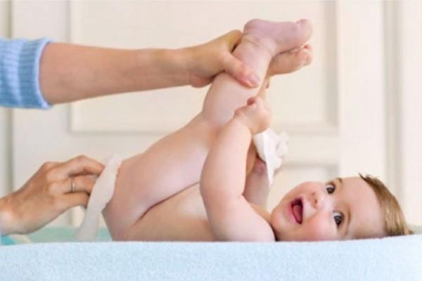 lenços umedecidos limpando o bumbum do bebê