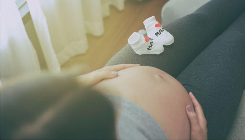 Gestante Sentindo Os Movimentos Do Bebê