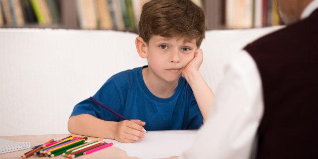 Crianças Ansiosas Precisam Do Apoio Dos Pais - Menino Com A Mão No Queixo