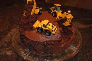 bolo de chocolate com máquinas de enfeites